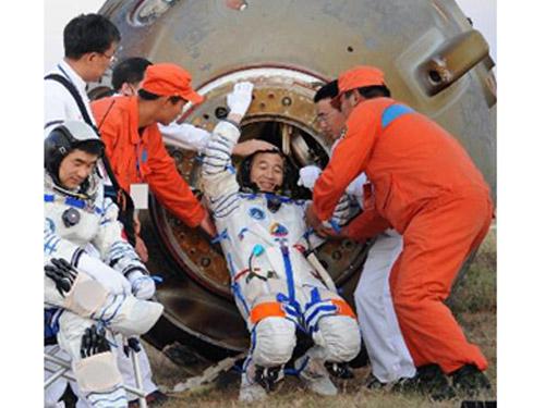 a 70 kg astronaut in space walking outside - photo #22