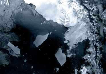 The Larsen B ice shelf in Antarctica has broken into icebergs measuring 50 km   Photo: ESA