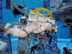 Astronauts Soichi Noguchi and Steve Robinson practise their spacewalks underwater