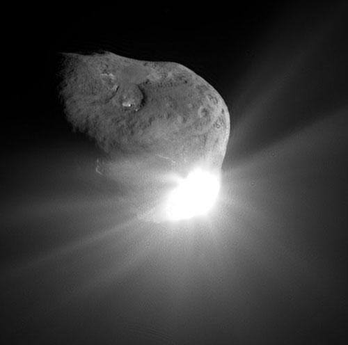 The Deep Impact probe smashed into Comet Tempel 1, creating a bright plume of gas and dust (NASA/JPL-Caltech/UMD)