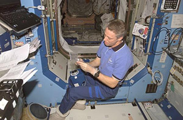 European Space Agency astronaut Thomas Reiter, who came to the station on a space shuttle in July, will stay onboard the station with US astronaut Michael Lopez-Alegria and cosmonaut Mikhail Tyurin