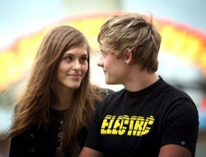 A young couple at an amusement park