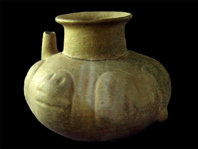 Pots with shorter, wider necks were used for making the frothed chocolate drink after 900 BC