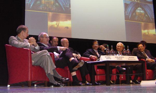 NASA chief Mike Griffin (far left) and the leaders of other space agencies chat at the International Astronautical Congress in Glasgow