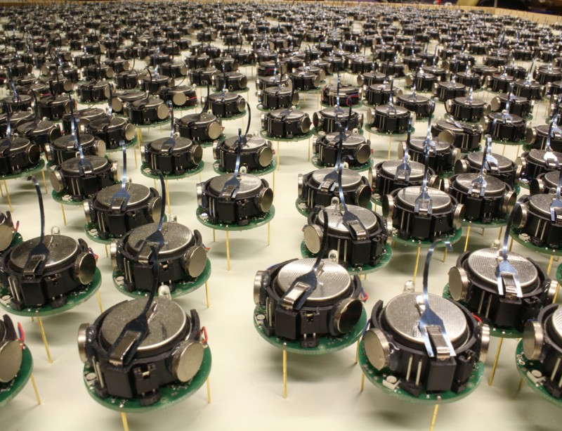 Watch a swarm of 1000 mini-robots assemble into shapes