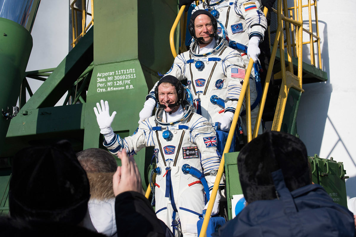 Soyuz_TMA-19M_crew_members_greeting_audience_at_the_launch_pad