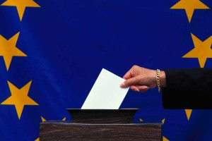 SOmeone voting in front of an EU flag