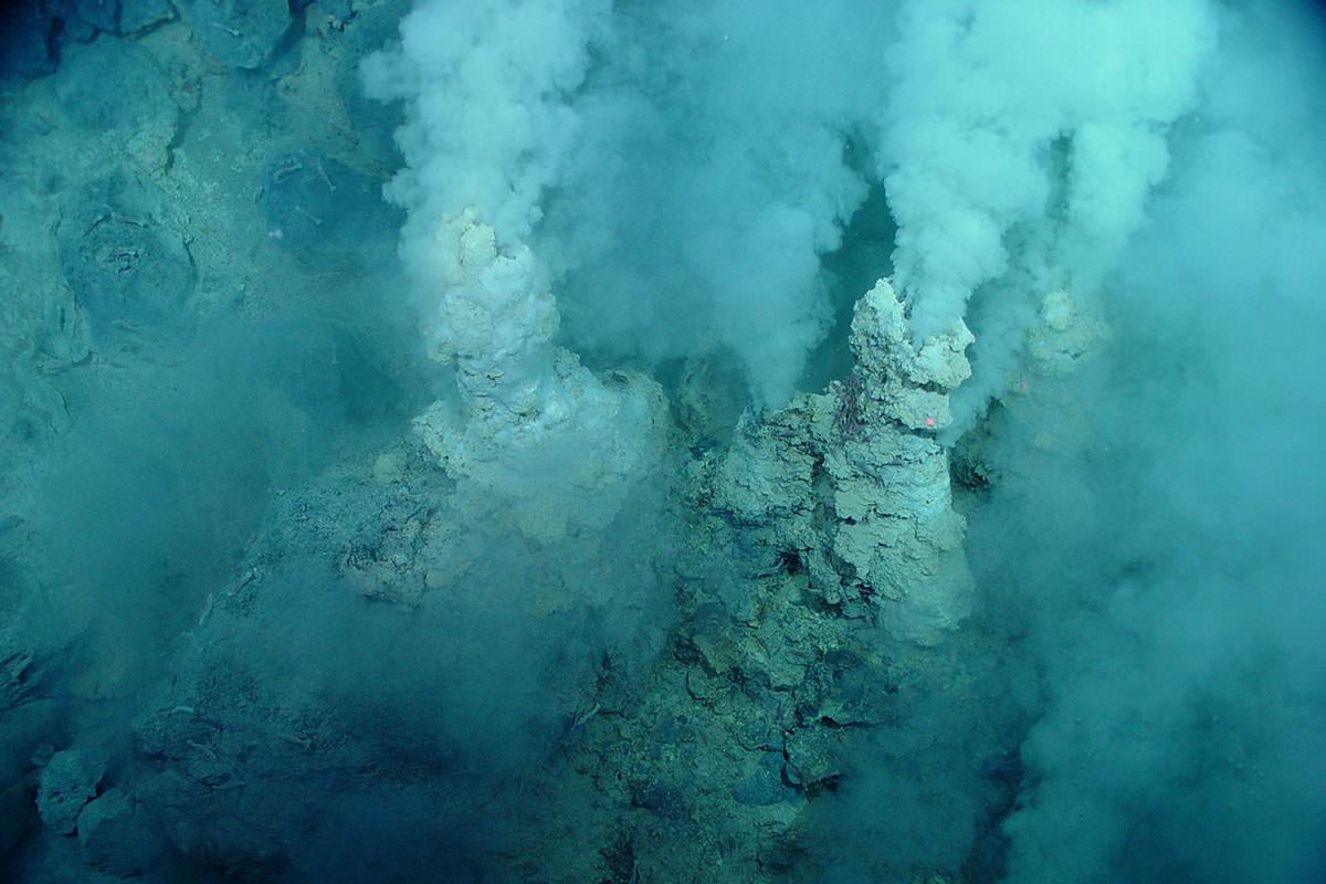 Roche cheminées crachent ce qui ressemble à la fumée bien que cela est en fait sur le fond marin