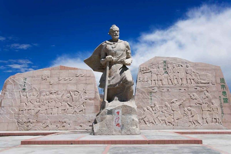 big impressive statue of Emperor Yu, in pale sandstone, with inscribed stones on each side