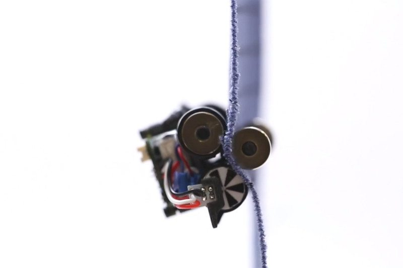 Robot clings to fabric