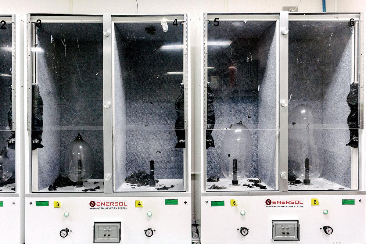 Se Inside et kondom Factory og hvad det kræver at holde sex-7362