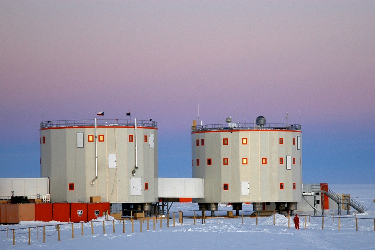 Drumlike buildings at the Concordia station
