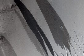 Surface of Mars showing what look like watery streaks