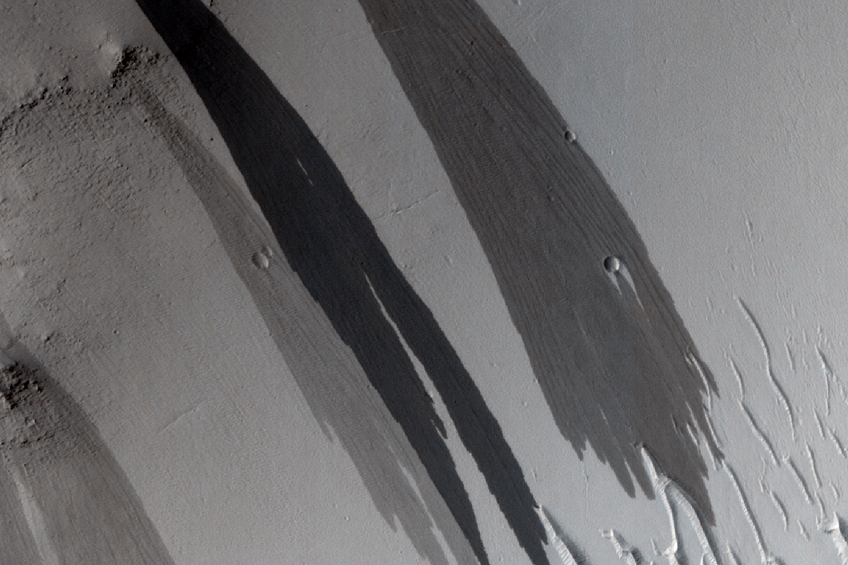 Surface of Mars showing what look like watery streaks