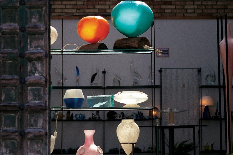 display shelf with lamps