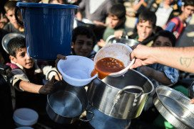 Iraqi boys receive food aid