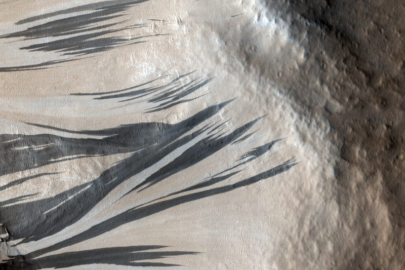 Streaky slopes on Mars