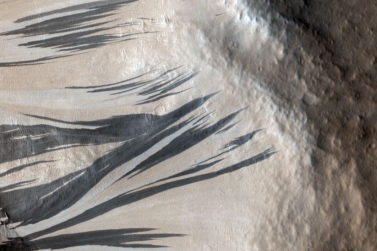 Signs of running water on Mars dunes are probably just dry sand