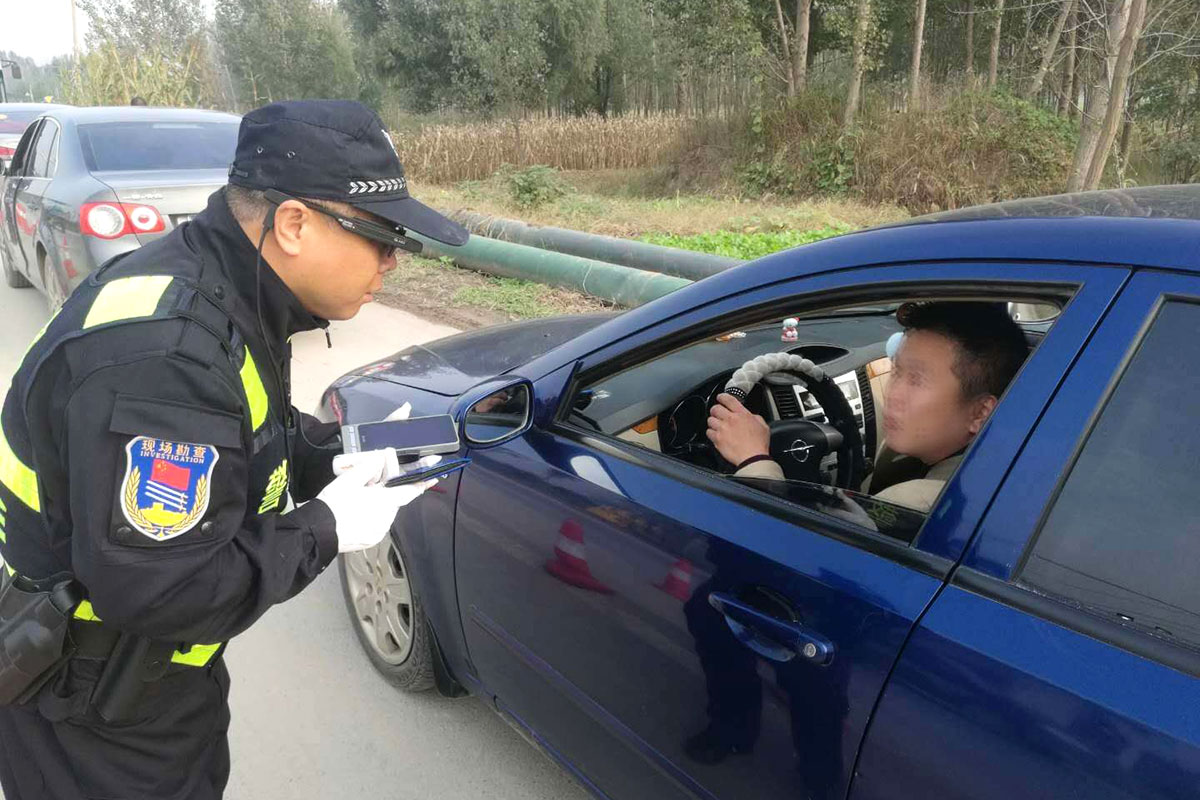 Police stop a driver whilst wearing smart glasses